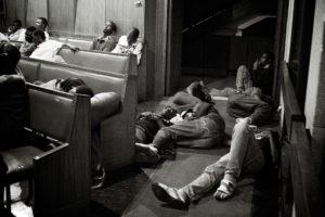 Des réfugiés qui doivent dormir à même le sol de l'église. thumbnail