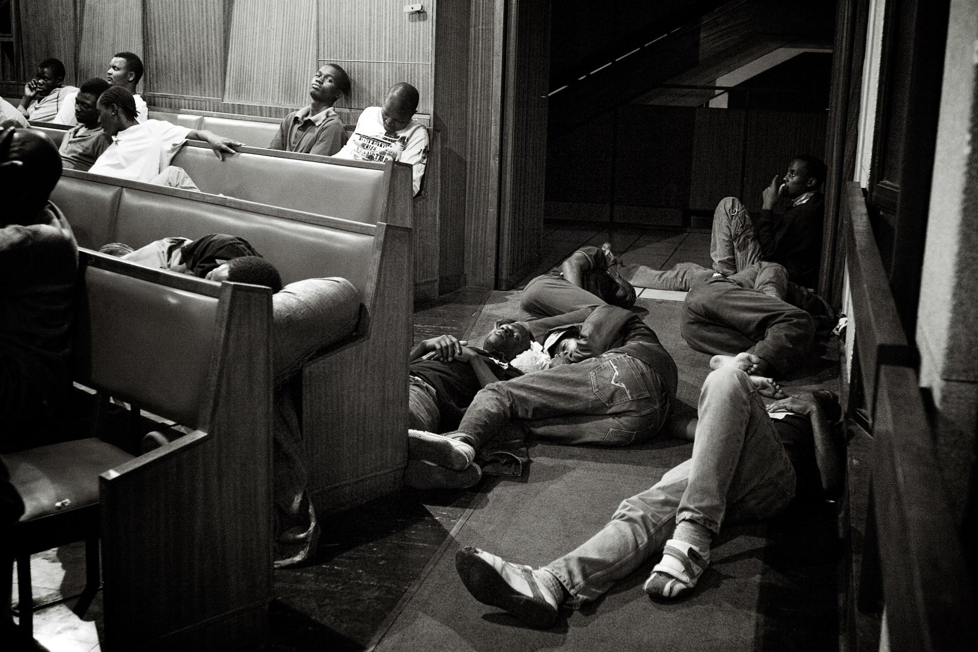 Des réfugiés qui doivent dormir à même le sol de l'église.