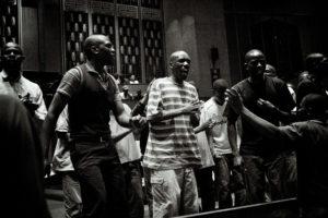 Avant la messe du soir, des réfugiés se retrouvent pour chanter. thumbnail