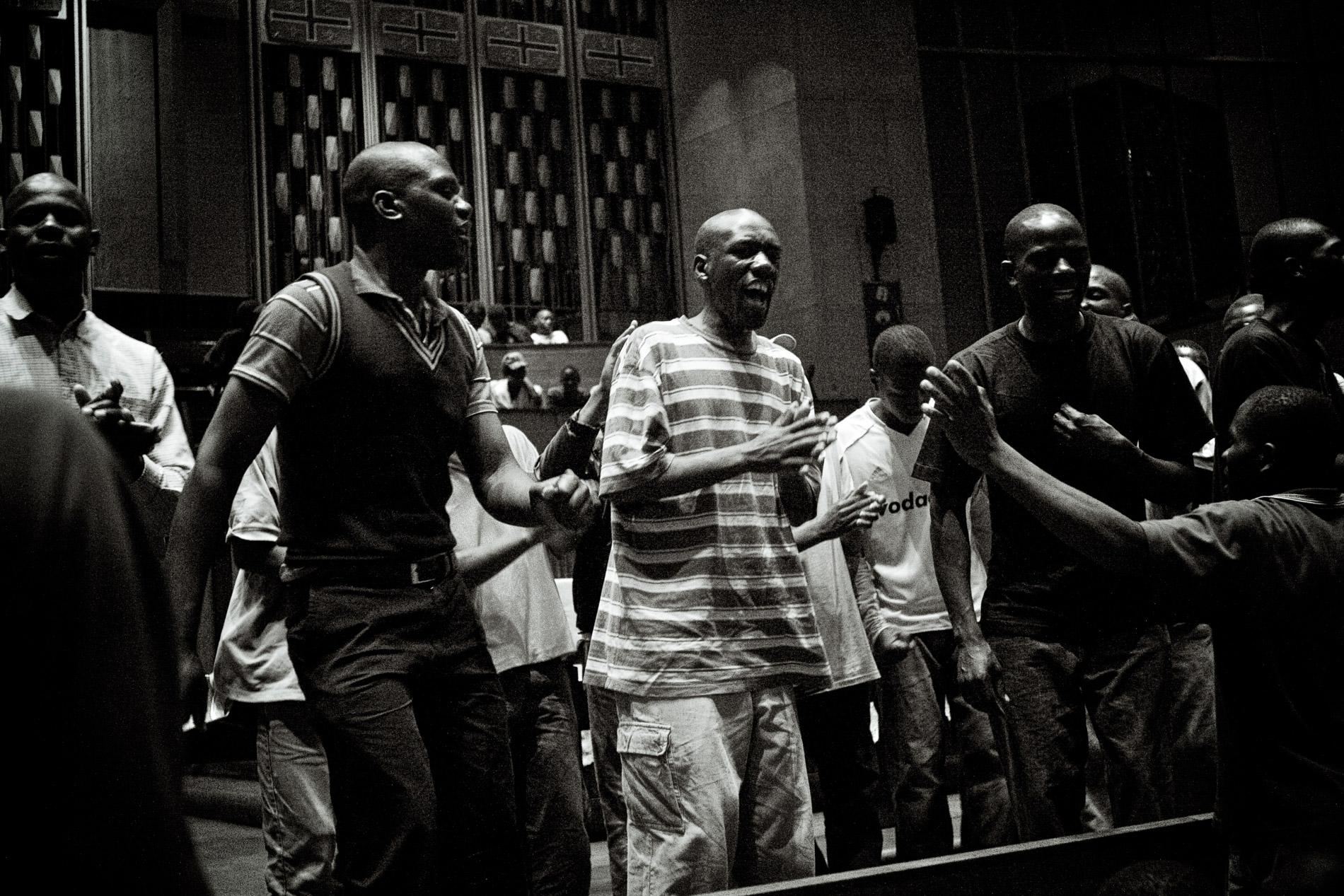 Avant la messe du soir, des réfugiés se retrouvent pour chanter.