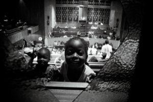 Une enfant joue dans les travées de l'église. thumbnail
