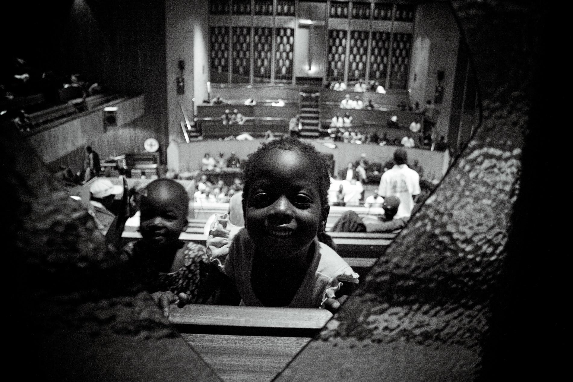 Une enfant joue dans les travées de l'église.