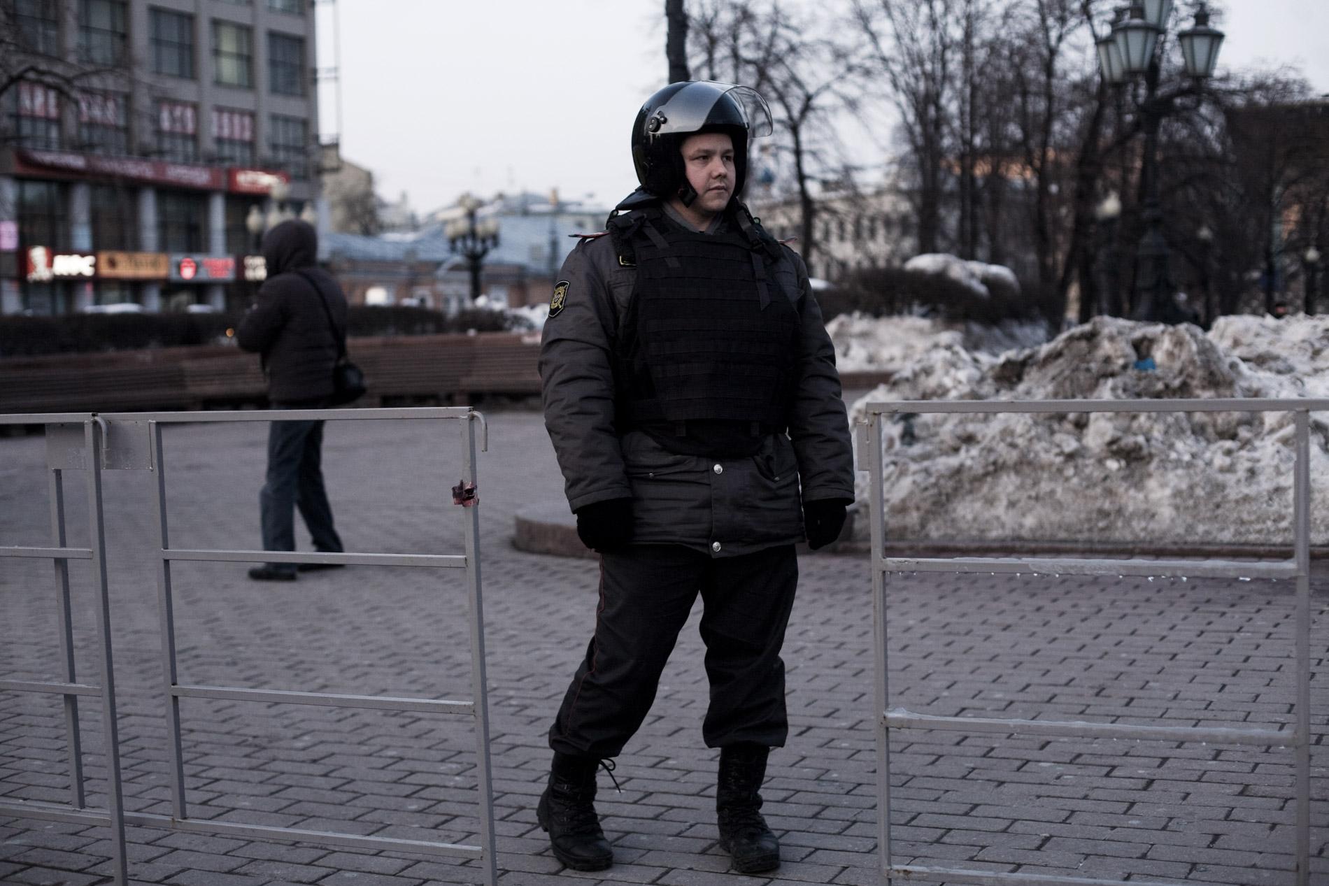 Une dizaine de manifestants opposes a Poutine ont essaye de se reunir place Pouchkinskaya, malgre les dizaines de policiers. le 6 mars 2012 a Moscou