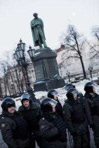 Une dizaine de manifestants opposes a Poutine ont essaye de se reunir place Pouchkinskaya, malgre les dizaines de policiers. le 6 mars 2012 a Moscou thumbnail