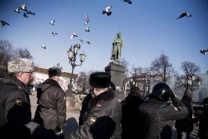 Rassemblement d'une vingtaine d'opposants place Pouchkine, suite a la manifestation qui a reunit entre 10000 et 15000 participants, sur Novy Arbat, a Moscou le 10 mars 2012. thumbnail