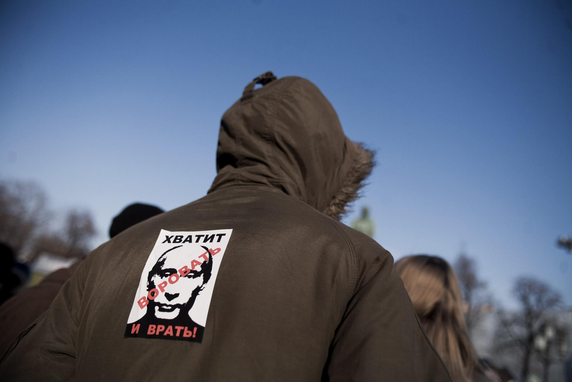 Rassemblement d'une vingtaine d'opposants place Pouchkine, suite a la manifestation qui a reunit entre 10000 et 15000 participants, sur Novy Arbat, a Moscou le 10 mars 2012.