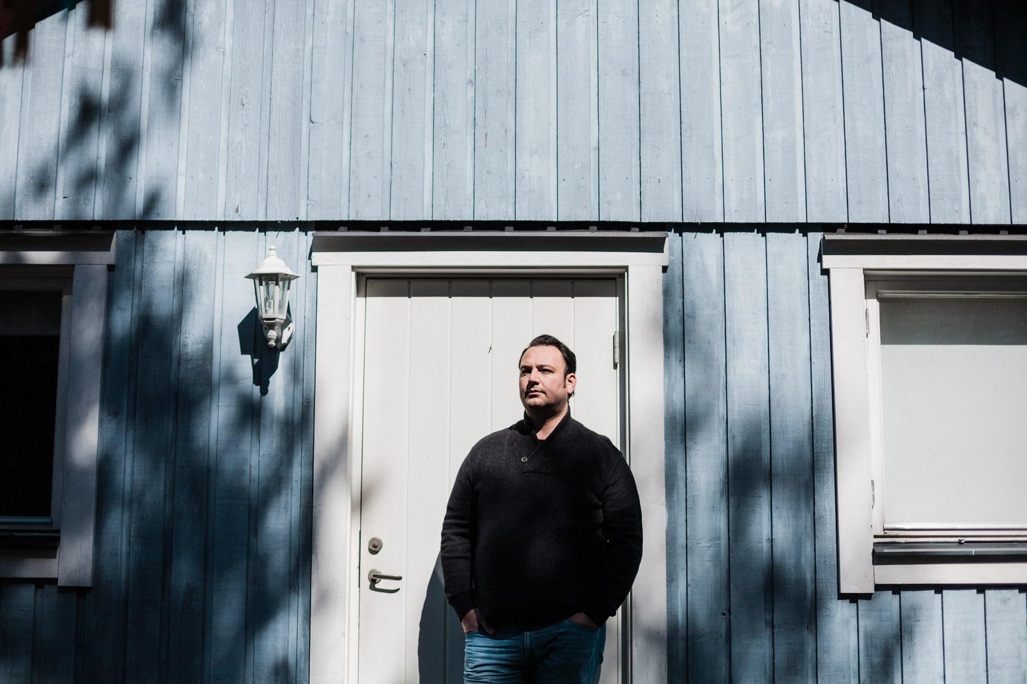 Portrait de Mansour Al-Omari, journaliste syrien refugie en Suede