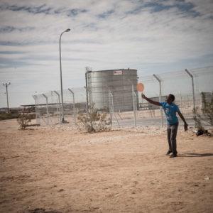 Holot : the desert prisoners thumbnail